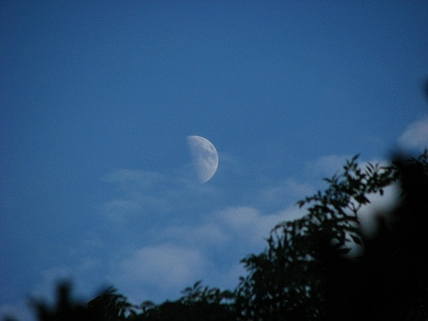 Cloudy late evening moon 27/6/12 @badas_tweets @newburyastro #moonwatch #wonders