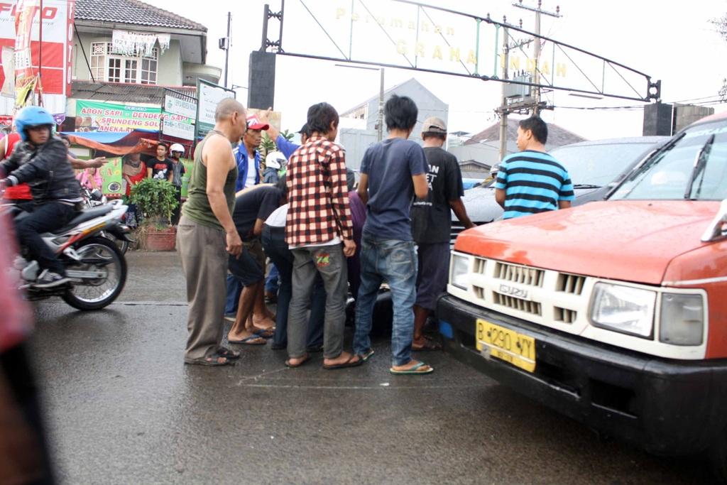 Mobil Nye Pgn Diangkat Motor Keseret Dibawah Mobil
