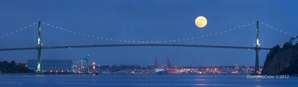 A 'super' moonrise over #Vancouver Lions Gate Bridge #supermoon
