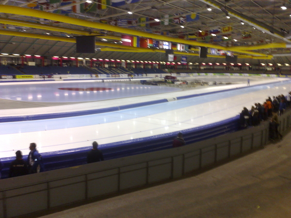 In Thialf. Dadelijk het NK-marathon voor Oude Mannen rijden
