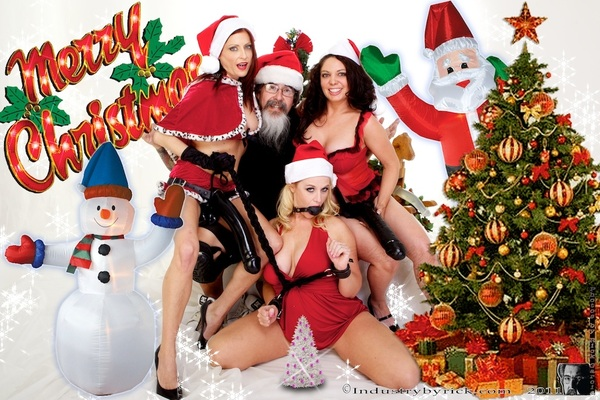 Its beginning  to look like Christmas... @mrssiren @LyaPinkxxx and @kiki_daire