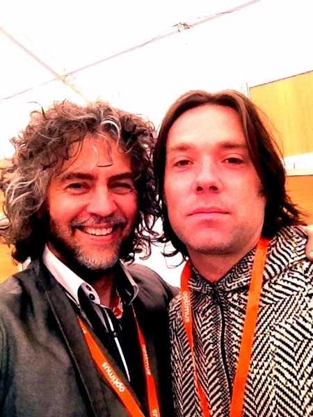 Hangin with Rufus Wainright .. orange necklaces are his deal