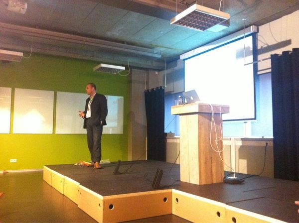 Omar van #KPN licht toe over de online tools en activiteiten voor het MKB #HNWbDay11 