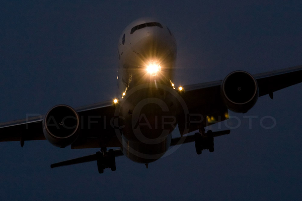 Last two - A @Bombardier_Aero CRJ and @BoeingAirplanes 777 on dusk final to RWY 26R at #YVR